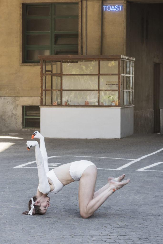 Swan Dance performance dell'artista Svedese Jaana-Kristiina Alakoski
